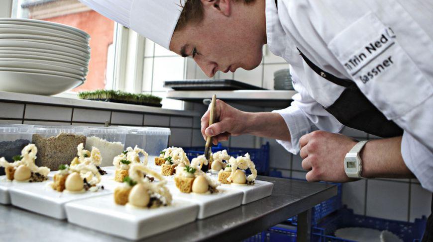 gastronomi kok laver mad R  Ti Trin Ned, Henne Kirkeby Kro, Guide Michelin, Dragsholm Slot, Anders Rosbo Michelin-stjerner kan give flere turister til provinsen gastronomi gastronomi-kok-laver-mad,_R