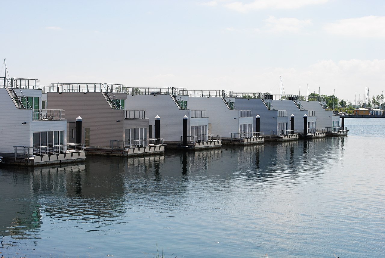 I det tyske Østersø-resort Olpenitz har man opført flydende sommerhuse. Den slags løsninger vil Dansk Kyst- og Naturturisme gerne afprøve i Danmark. (Foto: Korvettenkapitän)