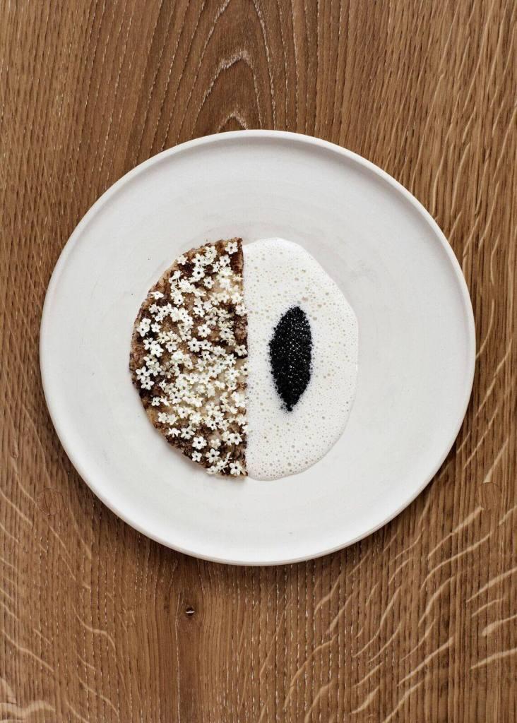 På Barr kan du bl.a. nyde surdejs pandekager med hyldeblomst, muslingesovs, citrus og kaviar. (Foto: Line Klein/Barr)
