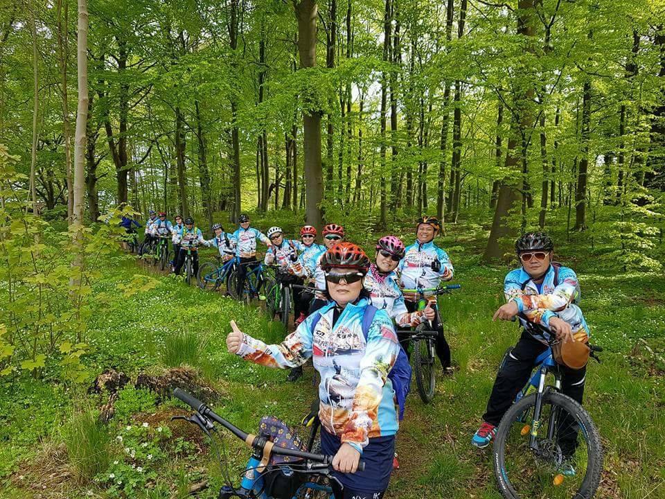 Kinesiske turister på cykeltur i Hareskoven. (Foto: MTB Tours)