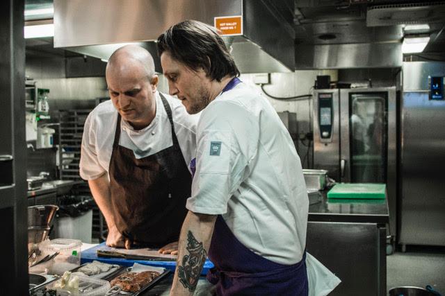 Christian Mortensen og Søren Westh vil sammen med det øvrige personale på Oslo-bådens restaurant Marco Polo højne madoplevelsen ombord. (PR-foto)