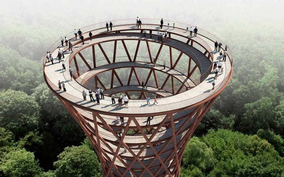 Indvendigt på tårnet vil en 600 m lang rampe gå fra skovens bund op langs trækronerne og kulminere med 360° udsigt over det unikke kuperede sydsjællandske landskab. Rampen har en konstant stigning, mens geometrien gør, at der i tårnets talje i midten vil være kort afstand mellem rampens cirkler, mens afstanden bliver større og større efterhånden som diameteren udvides i toppen og bunden af tårnet. Der er i alt 12 cirkelslag på tårnet (etager) og der vil blive brugt omkring 7750 brædder i eg fra lokale sydsjællandske skove. (Illustration: Camp Adventure/Effekt arkitekter)