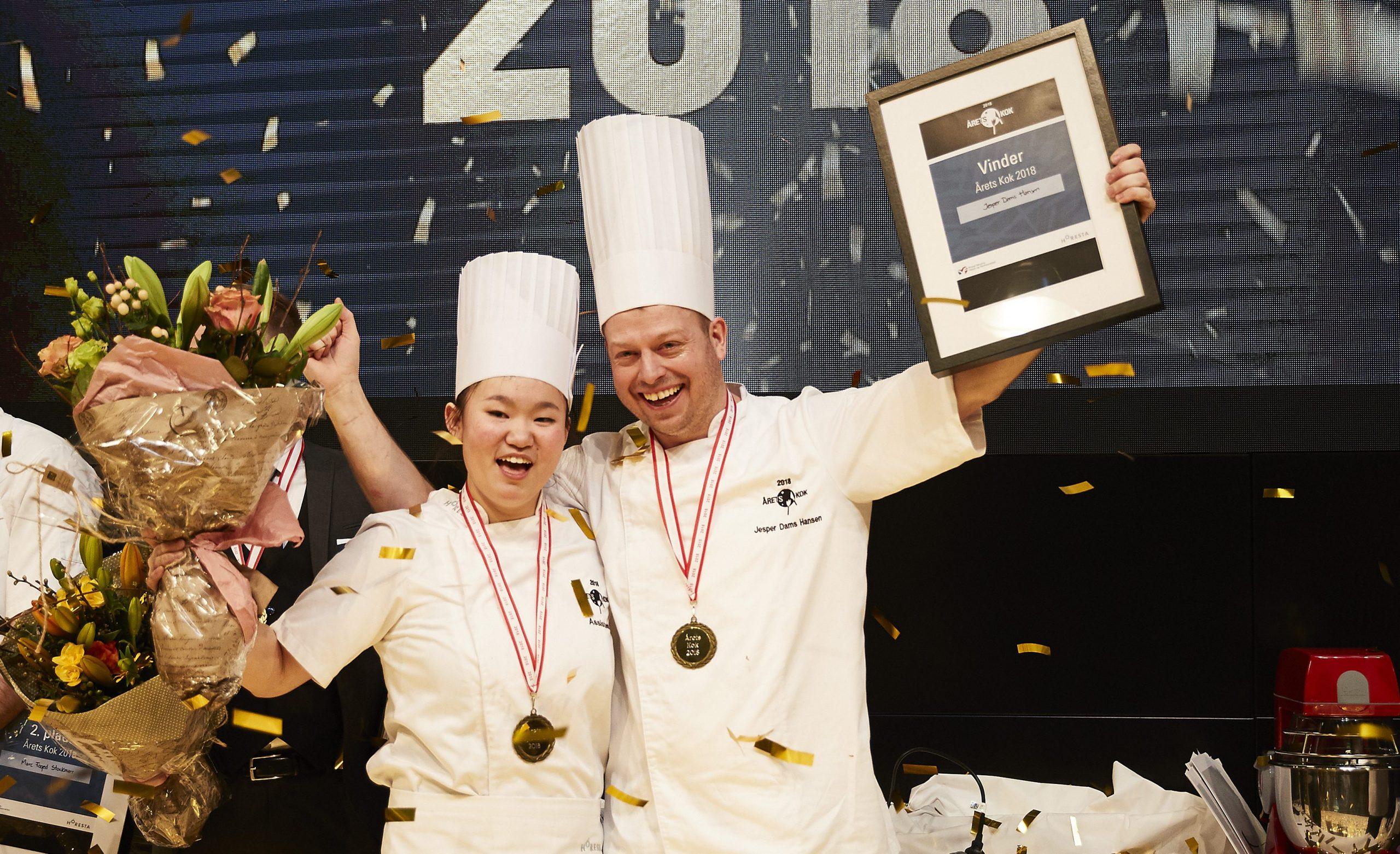Årets Kok er fotograferet sammen med sin assistent, Andrea Lan Jin Dalsgaard. Fotos: Claes Bech-Poulsen.