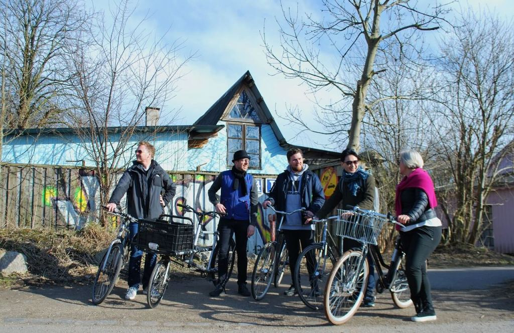 Udveksling af synspunkter om eksempelvis forskellige måder at leve på – her med udgangspunkt i Christiania – er en stor del af turen Go Local the Active Way. (Foto: Julie Lindegaard Larsen / Active Copenhagen)