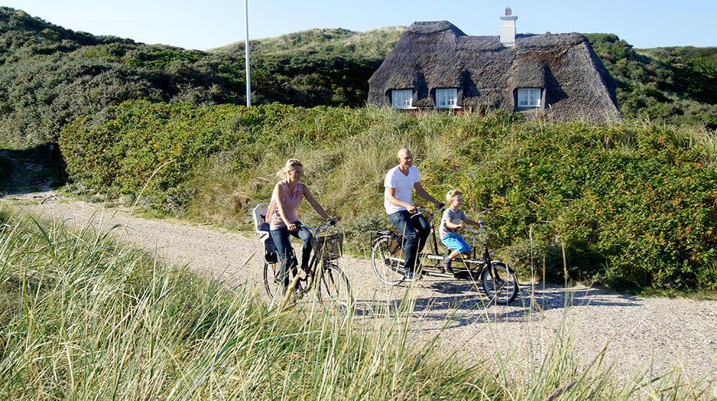 familie paa cykel 1024x574   Turismens topscorere: Her er Danmarks 10 største turist-kommuner 2017 tal-tendens, featured Turismens topscorere: Her er Danmarks 10 største turist-kommuner 2017