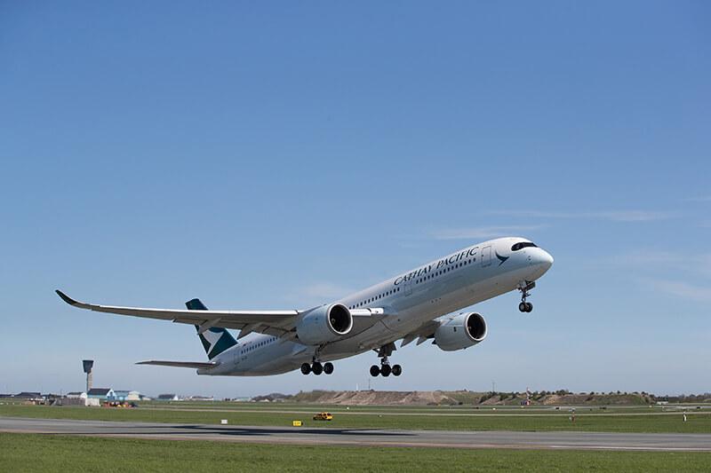 Cathay Pacific har indsat et helt nyt Airbus A350-900 på ruten, og det er første gang, at den støjsvage, højteknologiske flytype bliver sat ind i fast rute til og fra København. Som Boeings Dreamliner bruger A350-900 mindre brændstof end andre flytyper. Dertil kommer, at der ekstra god plads og mere lys og luft i kabinen. (Pr-foto)
