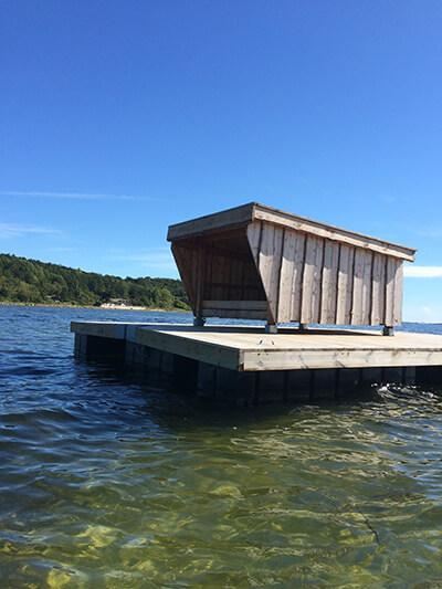 Havhytten i Roskilde Fjord ved Hvide Klint (Halsnæs kommune), er et flydende shelter man kan booke. Specielt velegnet for havkajakgæster. (Foto: Henrik Numelin)