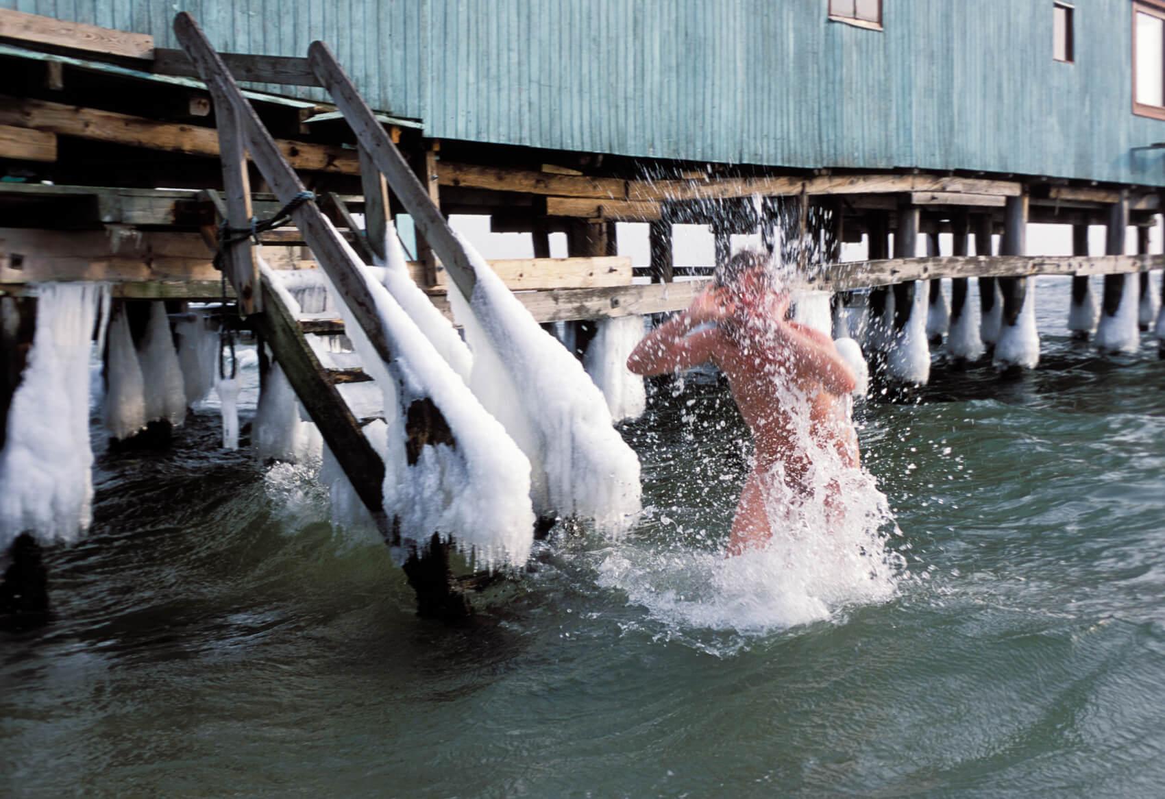 Turisthus Nord lancerer nu en storstilet kampagne for at få flere til at hoppe i bølgerne uden for sæsonen. (Foto: Jørgen Schytte/Turisthus Nord)