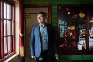 "1024Martin Aadal i Ninjago hytte 310x205  Region Syddanmark, Martin Aadal Nielsen, Fomars, Destinationsudviklingspulje LEGOLAND Billund Resort: ""Vi skal lykkes med stærke destinationsselskaber ..."" tema-den-nye-turismelov LEGOLAND Billund Resort: ""Vi skal lykkes med stærke destinationsselskaber ..."""