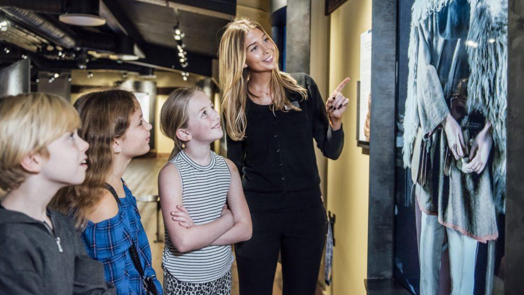 JRO6932 1024x576  Undervisning, Tora Larsdotter Andersson, The Viking Museum, Sverige, Stockholm, Skype, Formidling, Ellen Ingers Vikingemuseum bruger Skype til at nå ud til flere skoler attraktioner Vikingemuseum bruger Skype til at nå ud til flere skoler