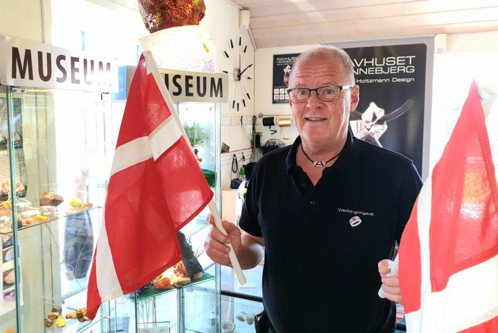 Smykkedesigner Bjarke Holtzmann fra Nr. Nebel er dybt afhængig af de tyske gæster, men de er som bekendt 'låst ude'. Men med videoopslag og konkurrencer vil han holde kontakten til de tyske gæster via Facebook. (Foto: Destination Vesterhavet)
