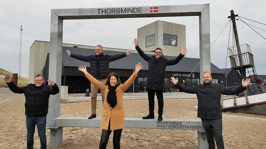 De fem medlemmer af Erhvervs- og Turismeudvalget indviede i går fotorammen i Thorsminde. (PR-foto)
