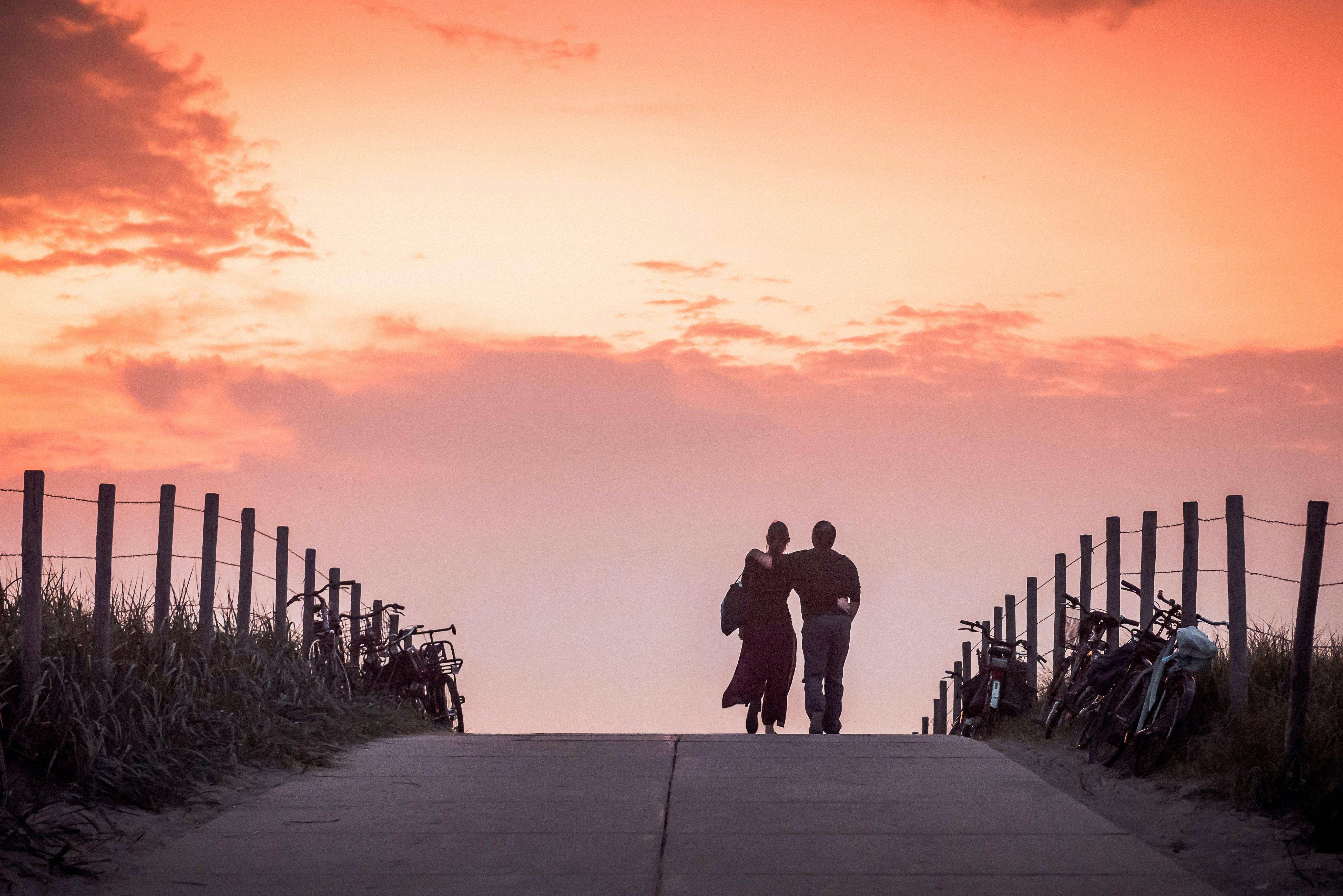 Hollandsk par i solnedgangen ved Scheveningen, Holland. (Arkivfoto: Stephane Delval)