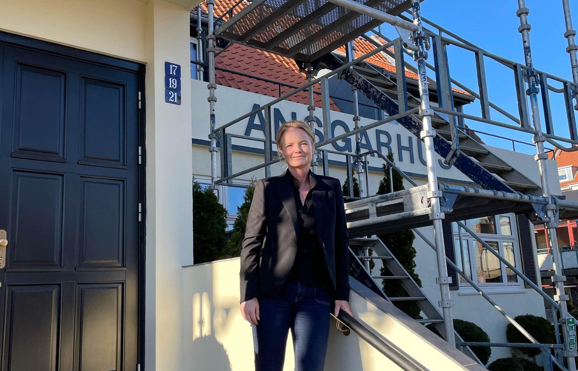 Amalie Uhrenholt foran Ansgarhus, der nu renoveres og skifter navn.