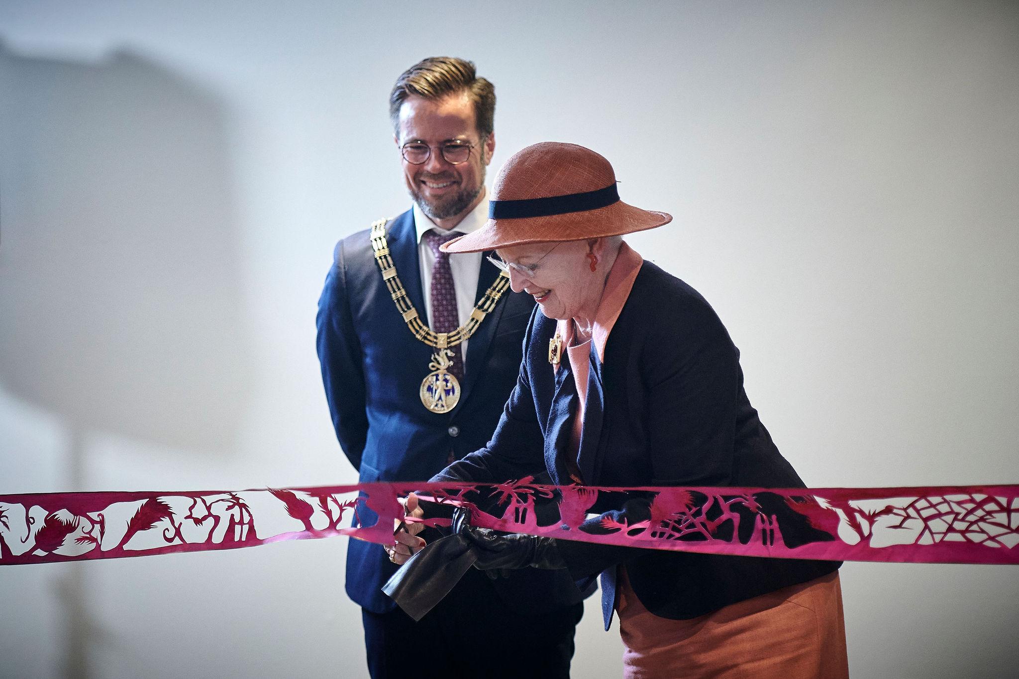 Dronning Margrethe klipper silkesnoren. Odenses borgmester Peter Rahbek. (Foto: Stillwords/HC Andersens Hus
